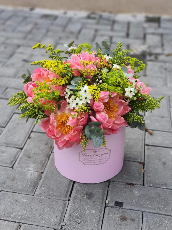 Aranjament floral cutie, realizat din flori naturale